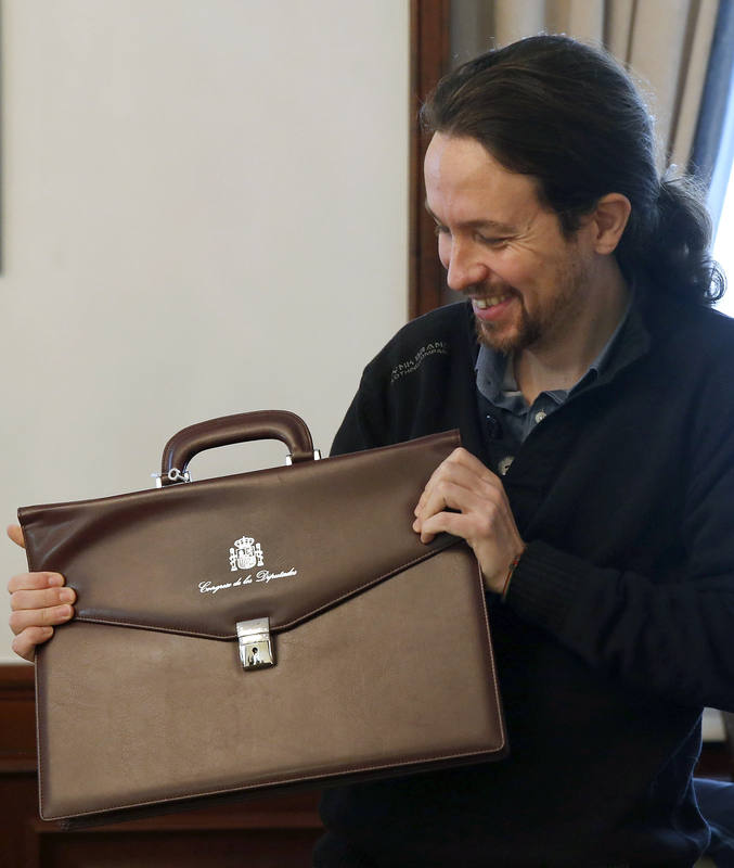 Pablo Iglesias muestra su nueva cartera como diputado.