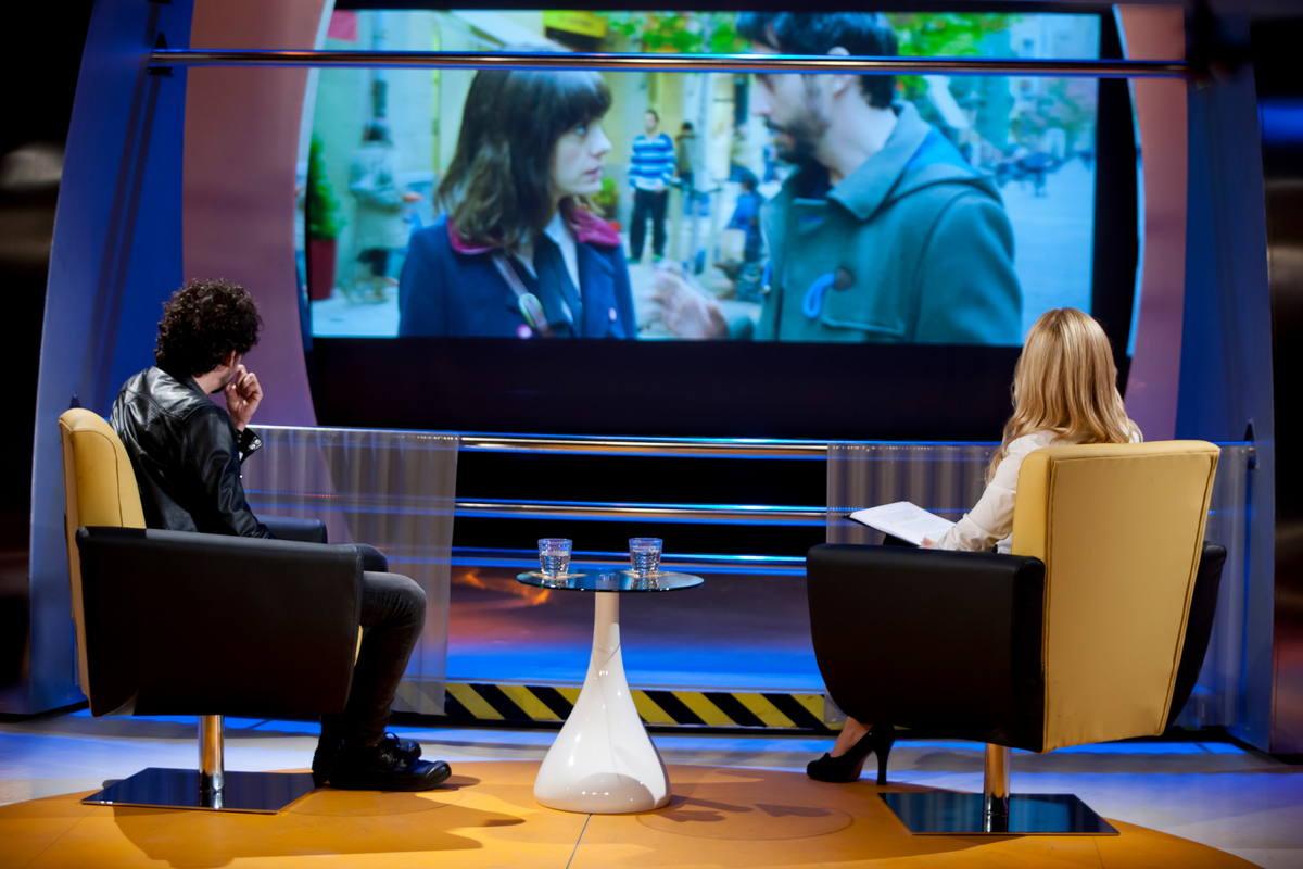 Paco León habla con Cayetana Guillen Cuervo del estreno de la segunda película de la directora Juana Macías: 'Embarazados'