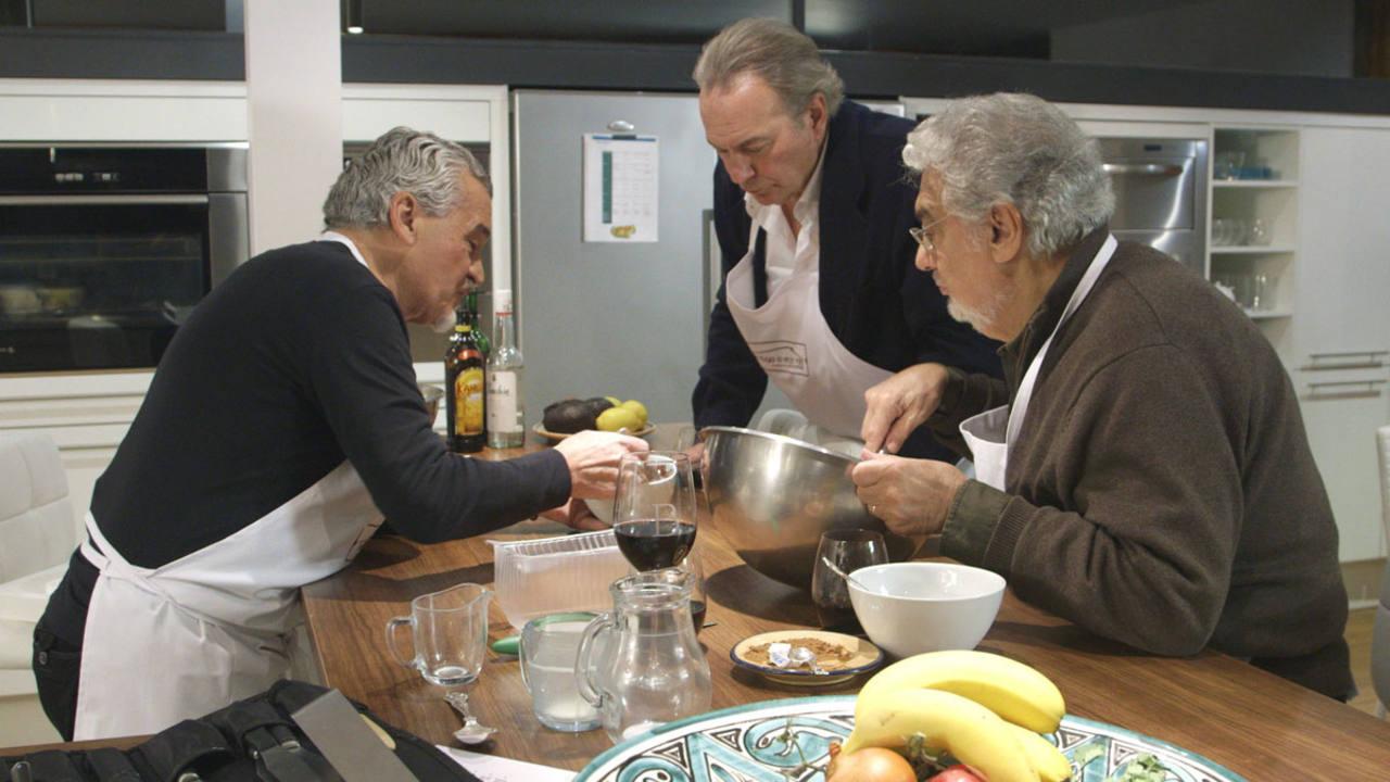 Paco Torreblanca y Plácido Domingo en la cocina de 'En la tuya o en la mía'.
