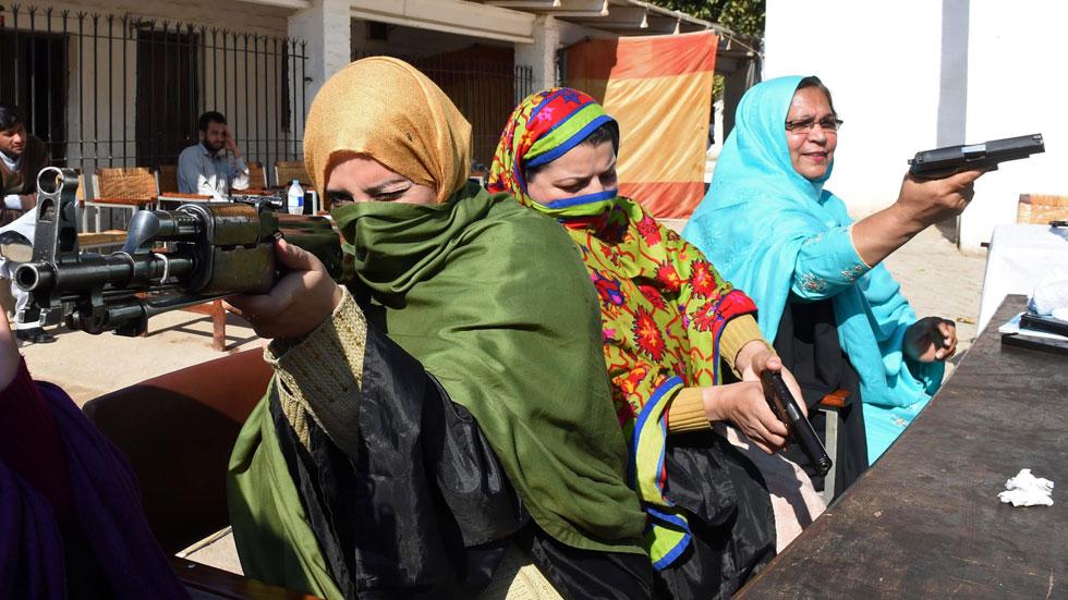 Pakistán autoriza a los profesores a llevar armas en clase