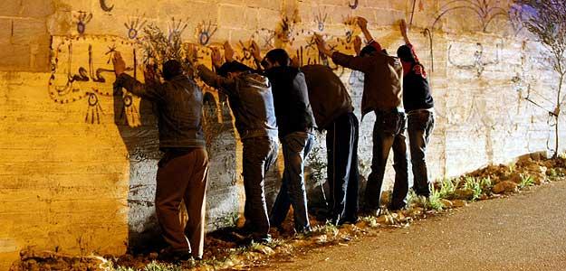 Palestinos arrestados por soldados israelíes durante los disturbios en Cisjordania por el Día del Prisionero.
