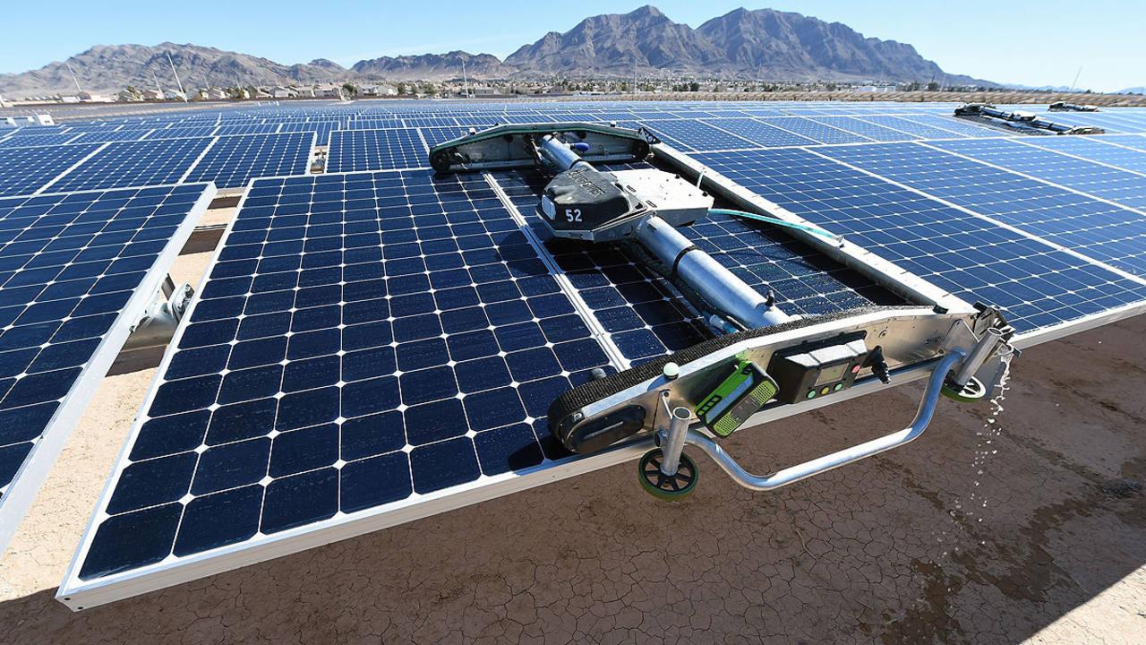 Un panel robotizado limpia placas solares