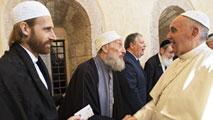 Ir al VideoEl papa Francisco abraza a los líderes de otras religiones reunidos para orar en Asís