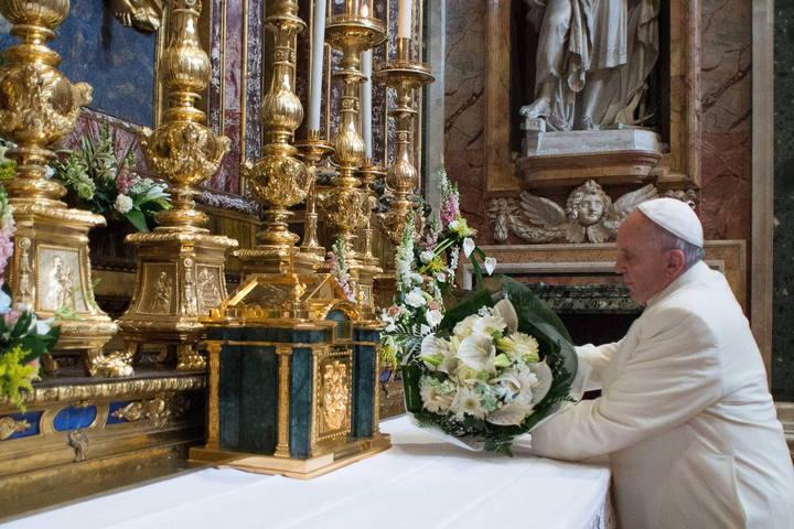 El papa Francisco durante su ofrenda floral en una visita a la Basílica de santa María la Mayor en Roma.