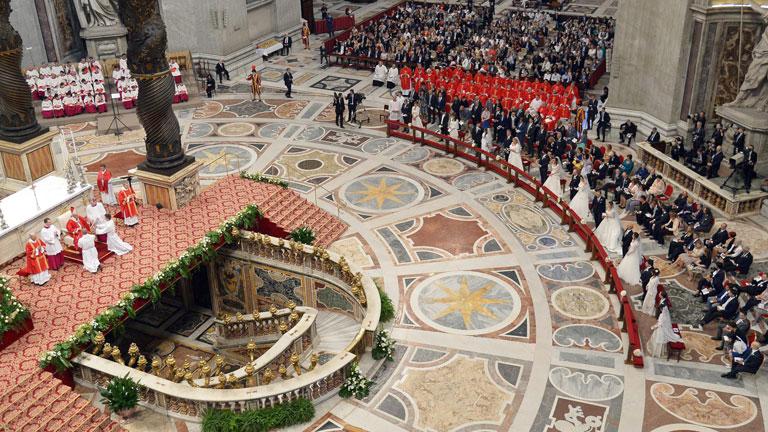 El papa Francisco oficia las primeras bodas de su pontificado