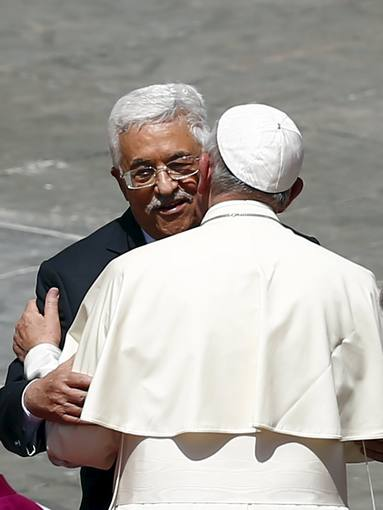 El papa Francisco saluda al líder palestino, Mahmud Abbas