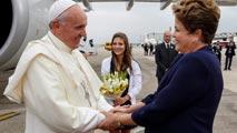 Ir al VideoEl papa Francisco se acerca al pueblo en su llegada a la JMJ de Brasil