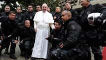 Ir al VideoEl papa llama a luchar contra la corrupción desde las favelas de Río de Janeiro