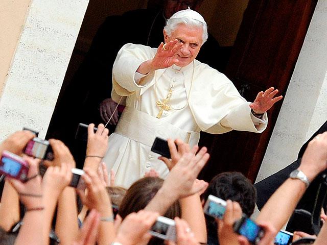 El papa saluda a los peregrinos españoles en su residencia de verano, mientras Madr