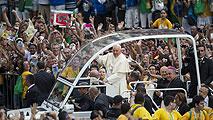 Ir al VideoEl Papa se acerca al pueblo a su llegada a Brasil
