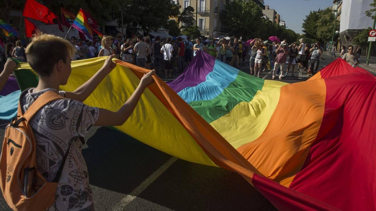 Participantes en la Marcha del Orgullo Gay en Sevilla desplegaban la bandera arcoiris el 27 de junio.