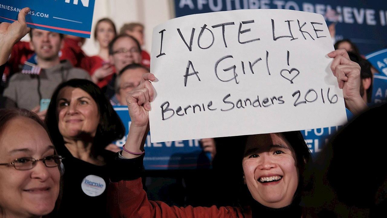Una partidaria de Bernie Sanders celebra la victoria con un cartel en el que se puede leer: