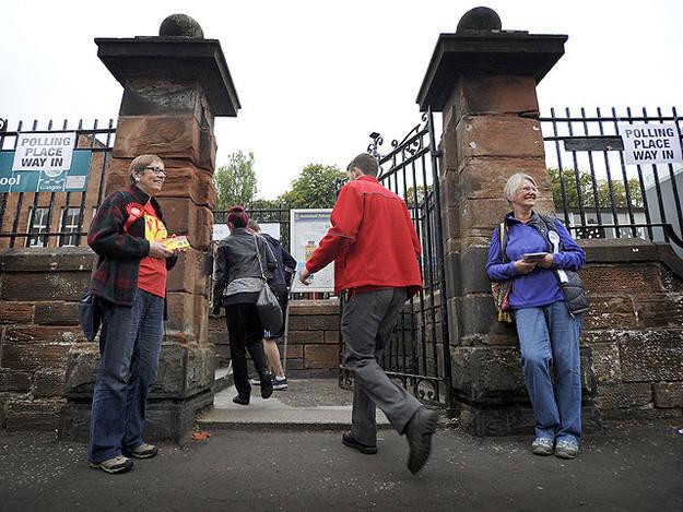 Partidarios del no y del sí en un colegio electoral en Escocia
