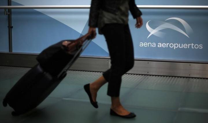 Una pasajera pasa por un pasillo de un aeropuerto español