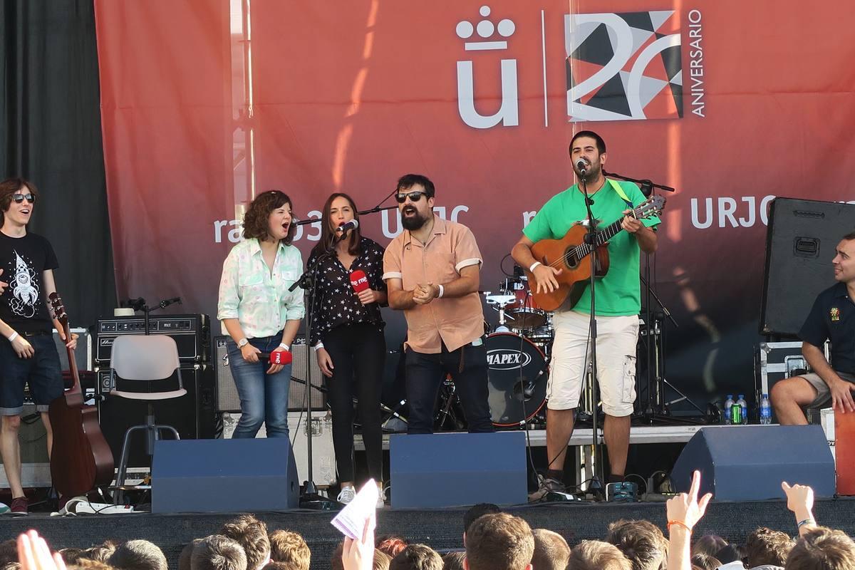 Paula Quintana, Virginia Díaz y Ángel Carmona, de Radio 3, en el escenario