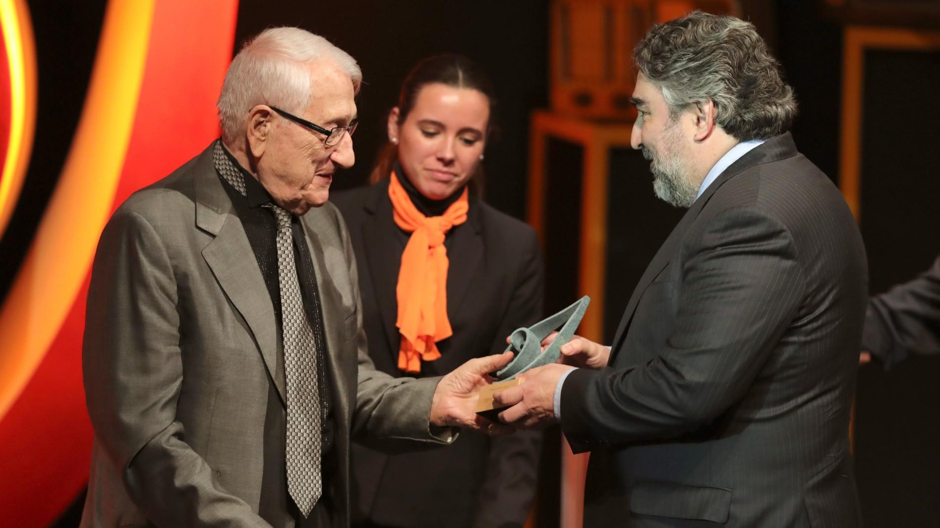 Ir al VideoPedro Itullarde consigue el premio 'Ojo Crítico' de Radio Nacional a toda su trayectoria