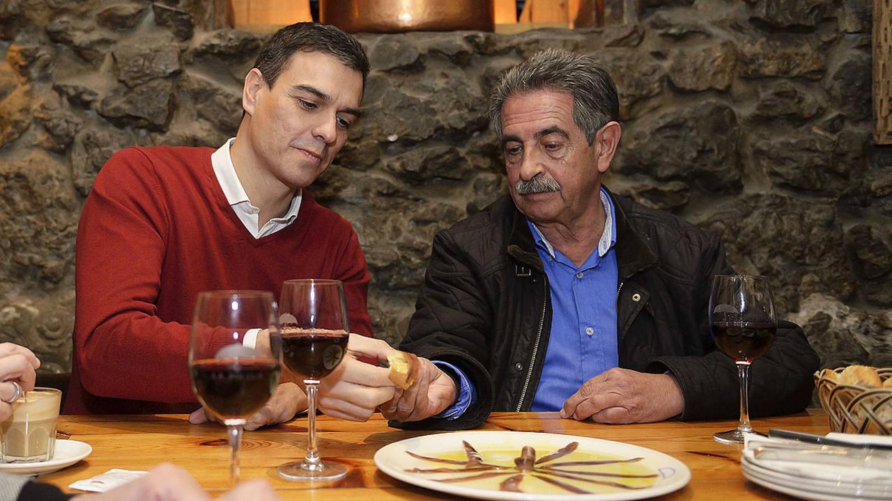 Pedro Sánchez degusta anchoas con el presidente de Cantabria, Miguel Ángel Revilla