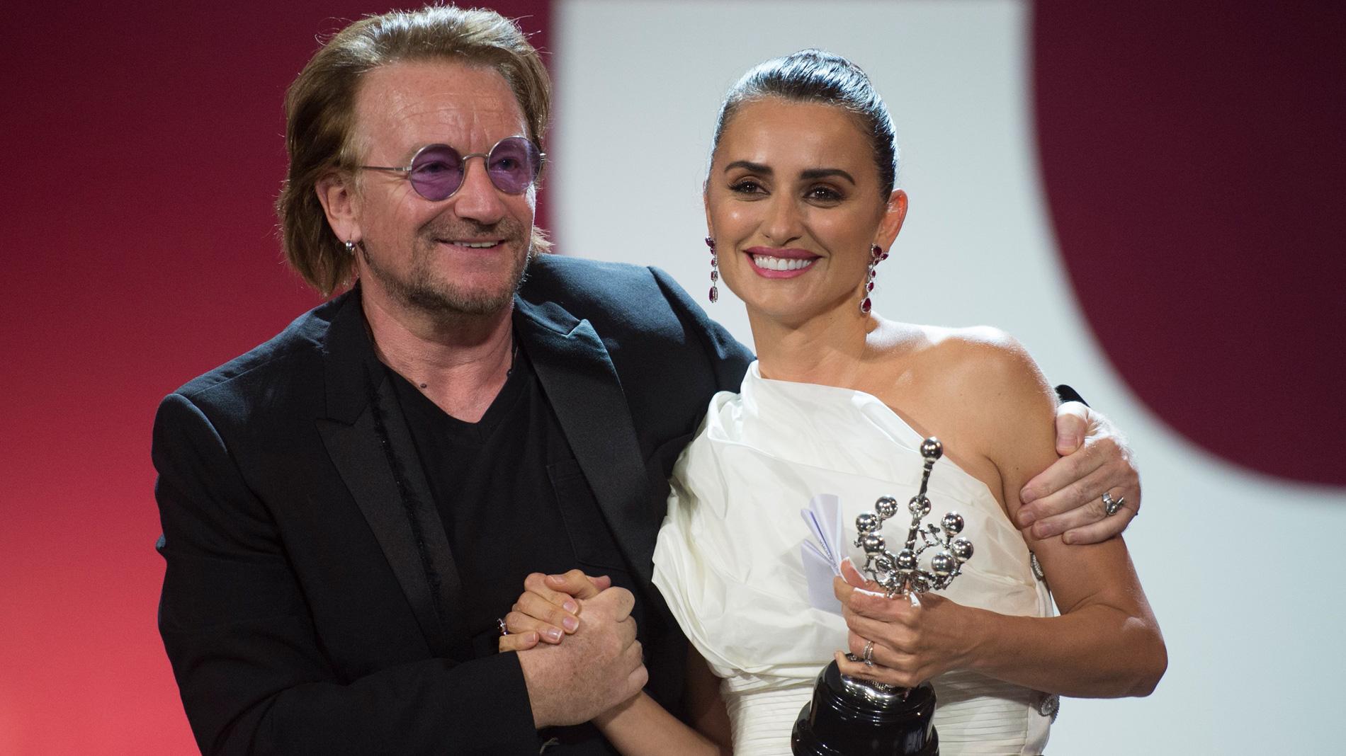 Ir al VideoPenélope Cruz recibe el premio Donostia del Festival de San Sebastián de manos de Bono
