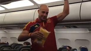 Pepe Reina, haciendo de auxiliar de vuelo con 'La Roja'