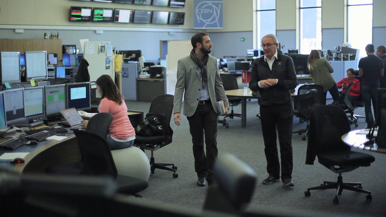 Pere Estupinyà, en el CERN junto al físico español Luis Álvarez-Gaumé