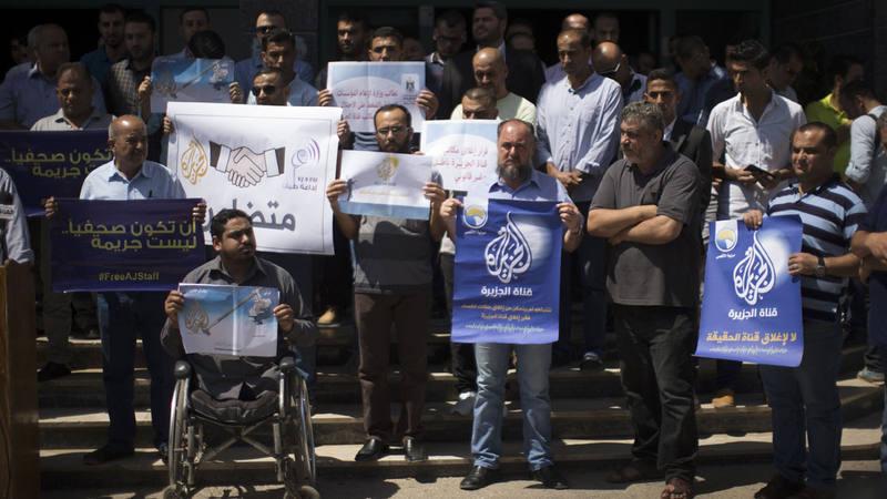 Periodistas palestinos se manifiestan contra el cierre de Al Jazeera en Israel