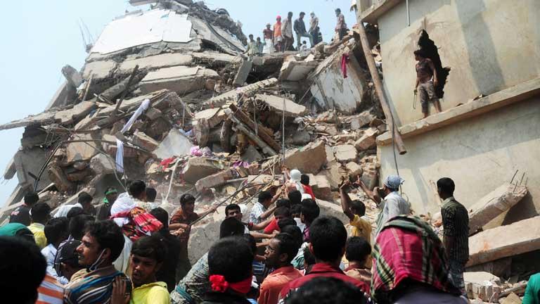Manifestantes piden depurar responsabilidades por el derrumbamiento del edificio en Bangladesh