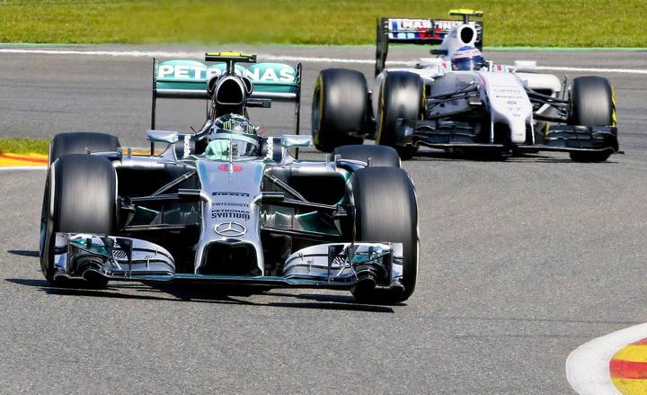 El piloto alemán de Mercedes, Nico Rosberg, seguido por Valtteri Bottas, de Williams.