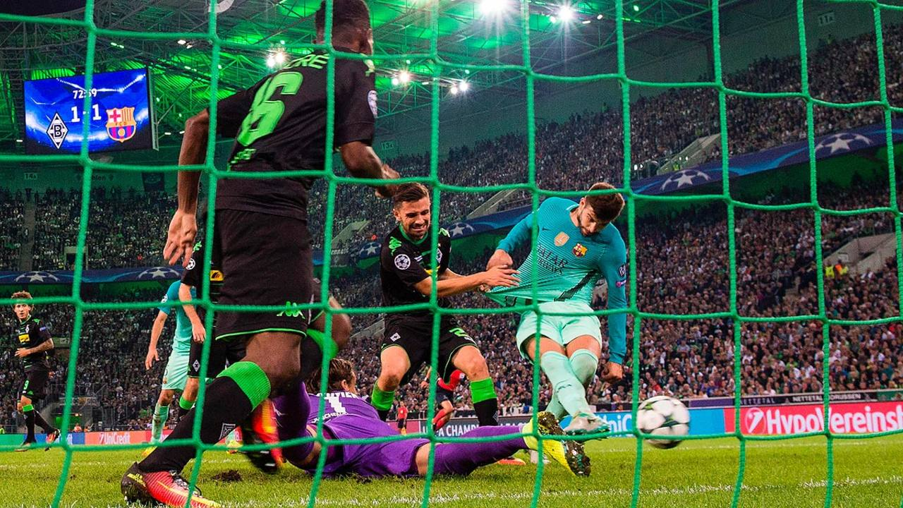 Piqué marca el gol de la victoria en Mönchengladbach