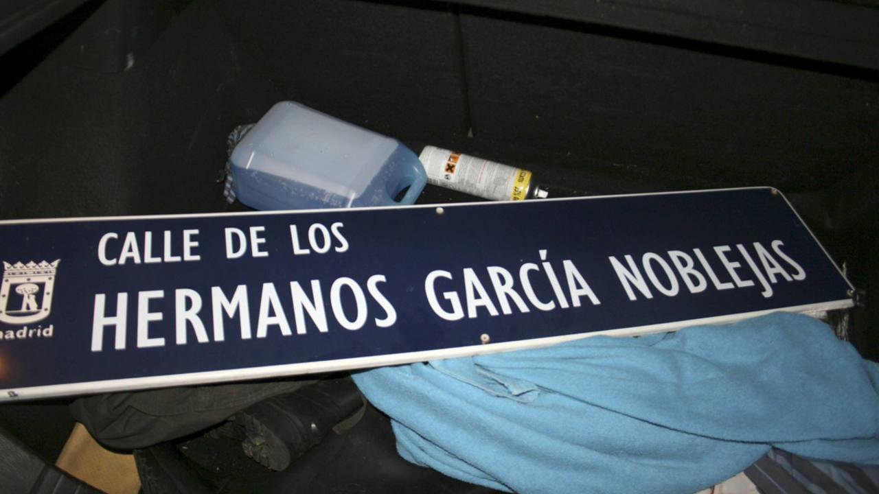 La placa de la calle Hermanos García Noblejas, retirada por el Foro por la Memoria en una campaña en 2012.