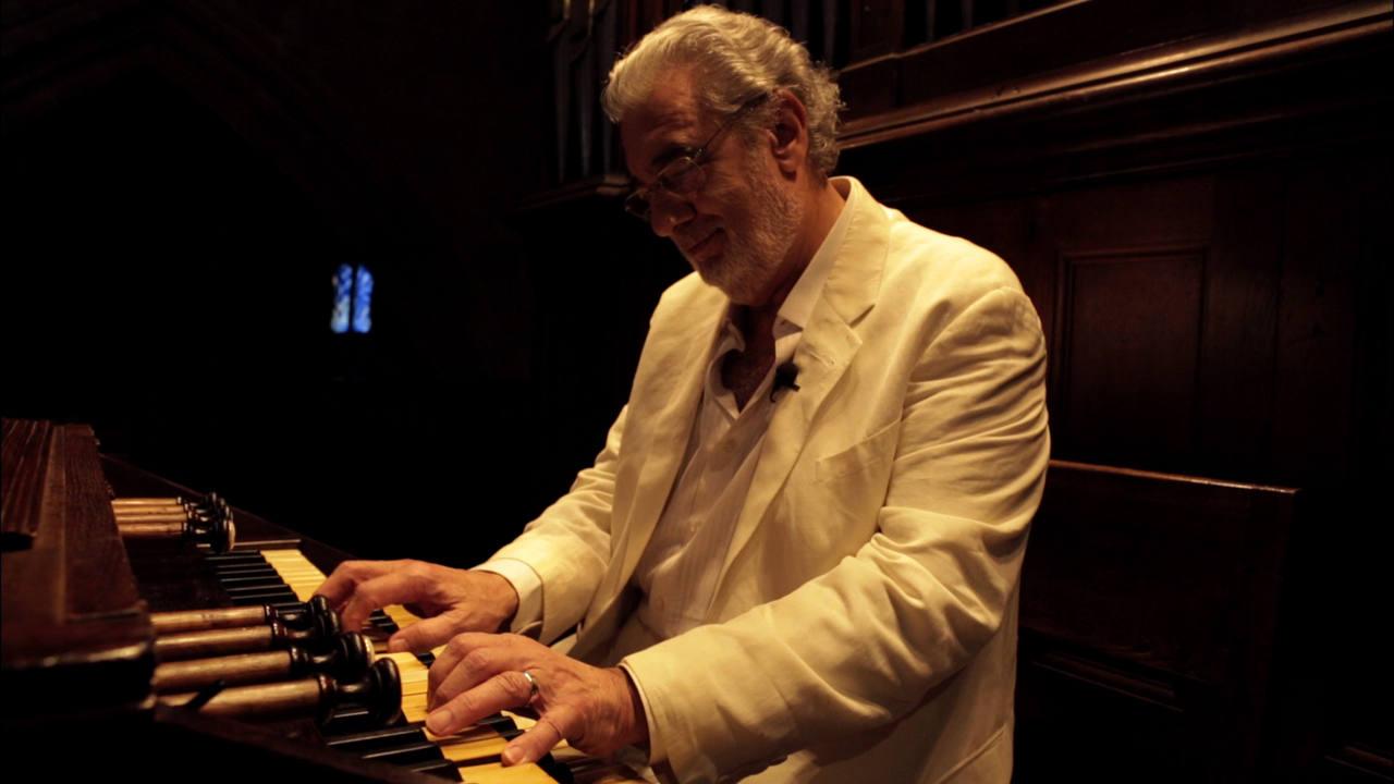 Plácido Domingo tocando el piano