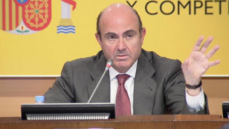 El ministro de Economía da cuatro meses a los bancos para fusionarse