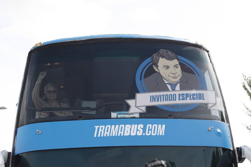 Podemos incorpora la cara de Ignacio González al 'Tramabús'