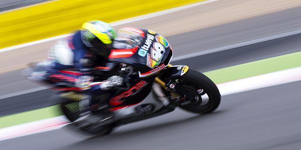 Pol Espargaró en cabeza durante el GP de Gran Bretaña.