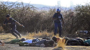 La policía abre fuego contra mineros en Sudáfrica