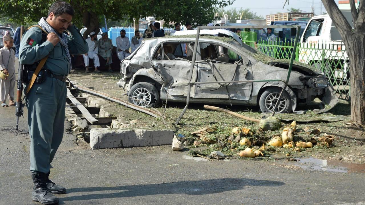 Un policía afgano inspecciona el lugar de la explosión de una bomba en Kunduz, al norte de Afganistán.