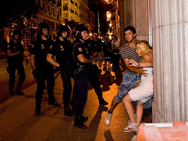 La policía agrede a un fotógrafo que presenció como pegaban a una chica