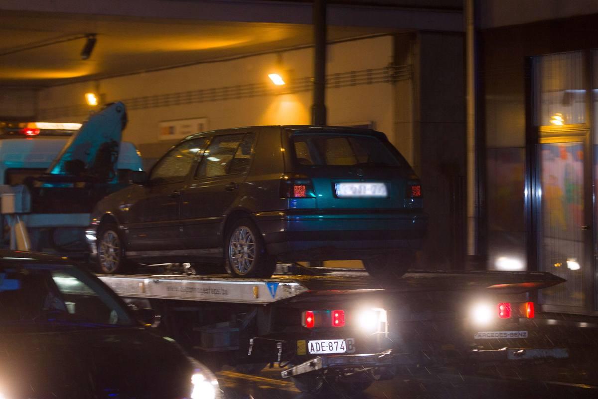 La policía belga retira en Bruselas este Volkwagen Polo, el coche con el que se sospecha que los terroristas de París llegaron hasta Bataclan para cometer la masacre.
