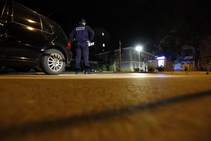 Un policía bosnio controla el perímetro de seguridad alrededor de la comisaría de Zvornik