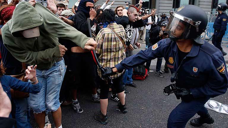 La Policía carga contra manifestantes del 25S
