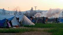 La policía carga contra los refugiados que tratan de cruzar de Grecia a Macedonia