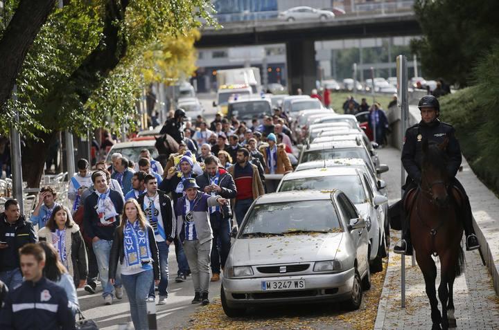 La Policía conduce a los aficionados del Deportivo hasta el Vicente Calderón
