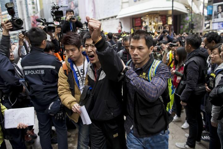 La Policía detiene a un hombre, identificado como Wang Dengyao, en el desalojo de la acampada prodemocracia en Causeway Bay, en Hong Kong