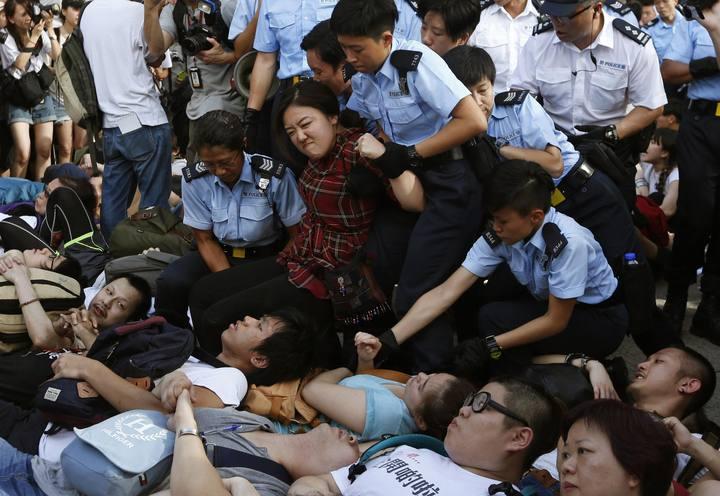La Policía detiene a manifestantes frente a las oficinas del banco HSBC en Hong Kong