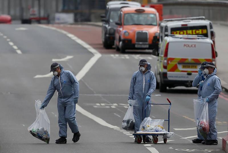 La policía forense busca pruebas en el Puente de Londres