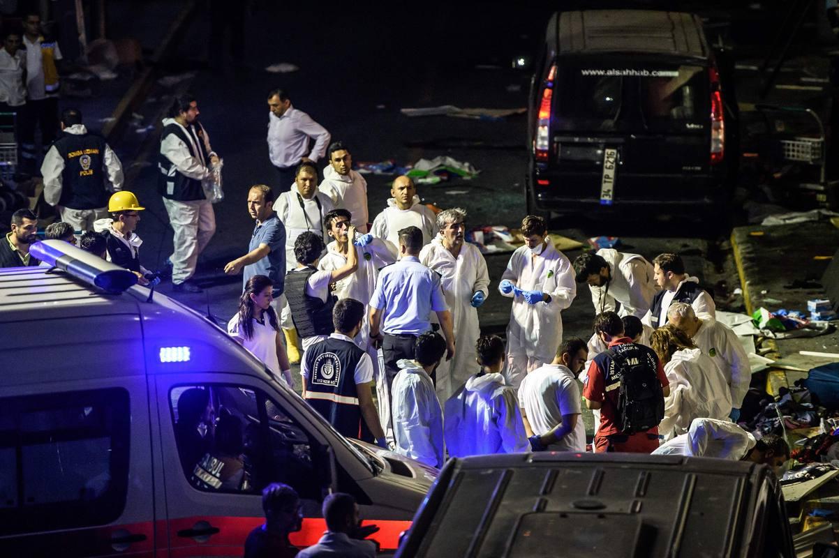 La policía forense inspecciona la zona del atentado