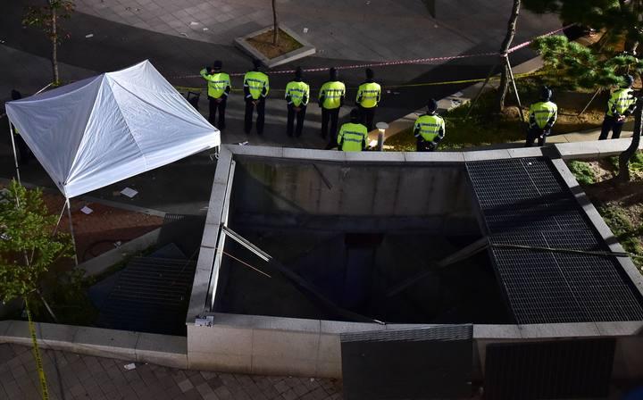 La policía inspecciona la rejilla de ventilación que se ha derrumbado durante un concierto en Seongnam, en Seúl.