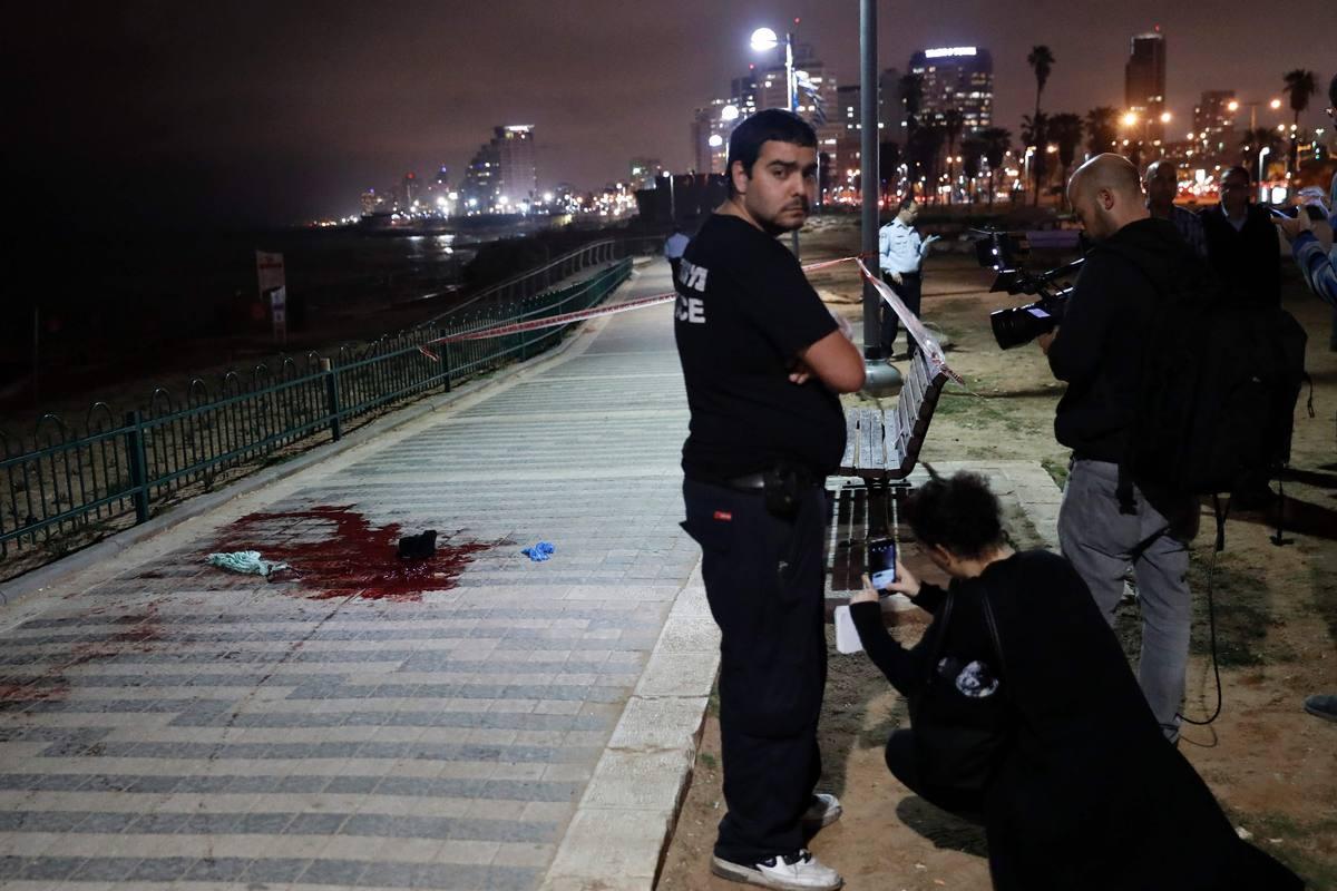 La Policía israelí examina el lugar de Jaffa, en Tel Aviv, donde un hombre ha apuñalado a varios transeúntes