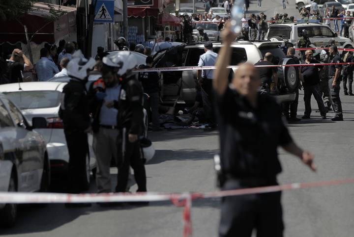 Policía israelí rodea el lugar del atropello en el que han resultado heridos dos agentes y un palestino ha sido abatido, en Jerusalén