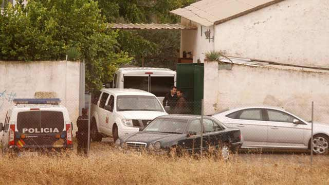 La policía llega a la finca Las Quemadillas con excavadoras para buscar a Ruth y José