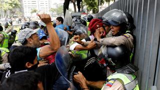 La policía venezolana disuelve una marcha de diputados opositores